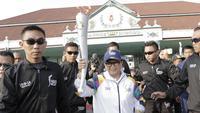 Menteri Luar Negeri, Retno Marsudi, menjadi pelari pertama kirab obor Asian Games 2018 di Pagelaran Keraton Yogyakarta, Kamis (19/7/2018). Total jarak kirab Obor di Yogya ini sepanjang 11,5 kilometer. (Bola.com/M Iqbal Ichsan)