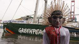 Ondel-ondel menyambut kapal milik Greenpeace, Rainbow Warrior yang berlabuh di Pelabuhan Tanjung Priok, Jakarta, Senin (23/4). Kapal itu melakukan perjalanan dari Manokwari menuju Raja Ampat, lalu ke Bali dan bersandar di Jakarta. (Liputan6/Arya Manggala)