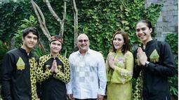 Maia dan ketiga buah hatinya kompak menggunakan baju nuansa hijau hitam dalam perayaan lebaran Juni silam. Tak lagi menyandang status janda, Maia sudah resmi menjadi nyonya Irwan sejak Oktober 2018 silam. (Liputan6.com/IG/maiaestiantyreal)