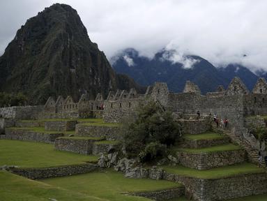 Para pengunjung tampak berjalan menaiki tangga di benteng Inca Machu Picchu , Peru, Rabu (12/8/2015). Machu Picchu merupakan situs warisan dunia UNESCO dan merupakan objek wisata unggulan di Peru. (REUTERS/Pilar Olivares)