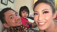 Sebagai suami istri, Ayu Dewi dan Regi Datau selalu berusaha memprioritaskan keluarga [foto: instagram]