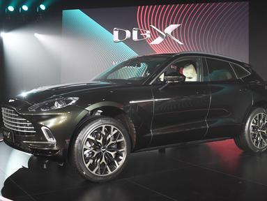 Aston Martin meluncurkan SUV pertamanya, Aston Martin DBX secara resmi di Beijing, China, Rabu (20/11/2019). Pabrikan Inggris itu membandrol SUV Premium Aston Martin DBX dengan harga $192.986 (setara Rp 2,7 miliar) yang mulai dipasarkan pada paruh kedua 2020. (GREG BAKER / AFP)