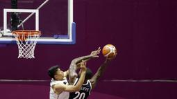 Pebasket Korea Selatan, Ricardo Preston Ratliffe, berusaha memasukkan bola saat melawan Indonesia pada laga Asian Games 2018 di Hall Basket GBK, Selasa (14/8/2018). (Bola.com/Peksi Cahyo)