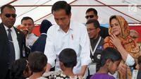 Presiden Jokowi memberikan hadiah kepada anak-anak pengungsian Rahkhine State di Kamp Jamtoli, Bangladesh, Minggu (28/1). Di sini, Jokowi juga meninjau fasilitas kesehatan Indonesia yang ada di sana. (Liputan6.com/Pool/Rusman Biro Pers Setpres)
