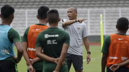Asisten pelatih Timnas Indonesia U-22, Nova Arianto, memberikan arahan saat latihan di Stadion Madya Senayan, Jakarta, Selasa (22/1). Latihan ini merupakan persiapan jelang Piala AFF U-22. (Bola.com/Yoppy Renato)