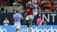 Duel Romelu Lukaku dan pemain Manchester City, Nicolas Otamendi (kanan) pada laga International Champions Club di NRG Stadium, Houston, (20/7/2017). MU menang 2-0. (AFP/Aaron M. Sprecher)