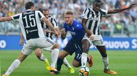 Penyerang Lazio, Ciro Immobile berusaha melewati para pemain Lazio pada pertandingan lanjutan Liga Serie A Italia di Stadion Allianz di Turin, (14/10). Immobile mencetak dua gol dipertandingan ini. (Alessandro Di Marco / ANSA via AP)