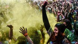 Sejumlah wanita menari saat mengambil bagian dalam Color Sky Festival di distrik Kadikoy, di Istanbul, Turki (6/5). Color Sky Festival merupakan acara amal tahunan yang diadakan di Istanbul. (AFP Photo/Yasin Akgul)