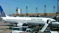 Tidak jelas alasannya, seorang pramugari menggunakan perosotan darurat untuk keluar pesawat setelah penerbangan biasa.