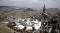 Pemandangan Masjidil Haram dengan Menara Abraj Al-Bait terlihat dari helikopter saat umat muslim melaksanakan ibadah haji di Makkah, Arab Saudi, Senin (12/8/2019). Di tempat paling suci bagi umat muslim ini terdapat Kakbah yang menjadi kiblat bagi umat muslim seluruh dunia. (AP Photo/Amr Nabil)