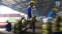 Pekerja membawa tabung Elpiji 3 kg di Depot LPG Tanjung Priok, Jakarta, Senin (21/5). Pertamina meningkatkan produksi pengisian tabung Elpiji 3 Kg sebanyak 4 persenselama bulan Ramadan. (Liputan6.com/Angga Yuniar)