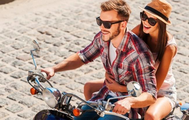 Naik motor bersama kekaisih akan menjadi moment yang romantis dan manis/copyright Thinkstockphotos.com