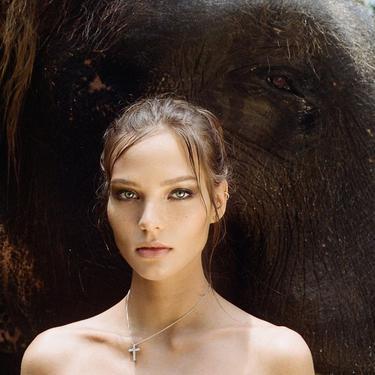 Heboh Influencer Rusia Berpose Tanpa Busana di Atas Gajah