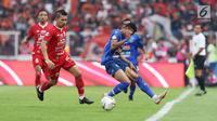 Pemain belakang Persija, Ismed Sofyan (kedua kiri) berebut bola dengan pemain Arema FC pada lanjutan Shopee Liga 1 Indonesia 2019 di Stadion Gelora Bung Karno, Jakarta, Sabtu (3/8/2019). Laga berakhir imbang 2-2. (Liputan6.com/Helmi Fithriansyah)