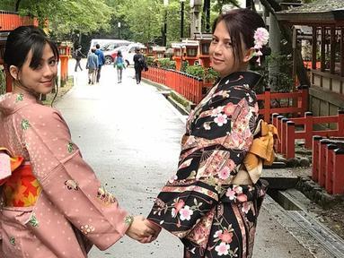 Momen kebersamaan Zara eks JKT48 bersama sang ibunda, Sofia Yulinar saat berlibur di Jepang. Saking dekatnya hubungan mereka, ibu dan anak ini seperti sahabatan saja.  (Liputan6.com/IG/@iamopay)