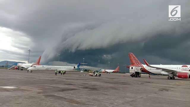 Muncul awan mirip gelombang tsunami di Makassar. Fenomena ini terjadi pada 1 Januari pukul 08.00 WITA.