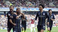 Para pemain Manchester City merayakan gol yang dicetak oleh Sergio Aguero ke gawang Burnley pada laga Premier League di Stadion Turf Moor, Minggu (28/4). Manchester City menang 1-0 atas Burnley. (AP/Rui Vieira)