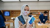 Salah satu pembeli pertama iPhone 12 memamerkan perangkat yang baru dibelinya di Apple Store Orchard Road Singapura (Foto: Apple Newsroom)
