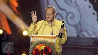 Aktor senior, Henky Solaiman meraih penghargaan Lifetime Achievement Award pada Festival Film Bandung (FFB) Ke-29 Tahun 2016, di Monumen Perjuangan Rakyat (Monju) Jawa Barat, Sabtu (24/9). (Liputan6.com/Herman Zakharia)