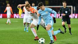 Gelandang Manchester City, Brahim Diaz, berusaha melewati pemain Shakhtar Donetsk pada laga Liga Champions di Stadion Metalist, Kharkiv, Rabu (6/12/2017). Shakhtar menang 2-1 atas City. (AFP/Genya Savilov)