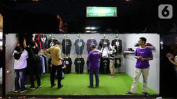 Pengunjung melihat kaus pada JakCloth Year End Sale 2019 di Plaza Tenggara GBK Senayan, Jakarta, Kamis (26/12/2019). Acara yang digelar pada 25-29 Desember 2019 menghadirkan 400 clothing line lokal dan brand internasional. (Liputan6.com/Fery Pradolo)