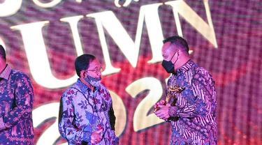 CEO PTPN V Jatmiko K Santosa menerima trophy penghargaan 10th Anugerah BUMN dari Ketua Dewan Juri di Jakarta, Kamis malam.