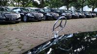 Sedan Mercedes-Benz menjadi salah satu kendaraan pengantar rombongan Raja Salman. (Herdi/Liputan6.com)