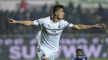 Striker AC Milan, Krzysztof Piatek, merayakan gol yang dicetaknya ke gawang Atalanta pada laga Serie A di Stadion Atleti Azzurri d'Italia di Bergamo, Sabtu (16/2). Atalanta kalah 1-3 dari Milan. (AFP/Miguel Medina)