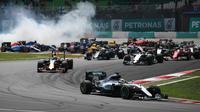 Pebalap Mercedes, Lewis Hamilton, memimpin balapan sejak start F1 GP Malaysia di Sirkuit Sepang, Minggu (2/10/2016). (AFP/Manan Vatsyayana)