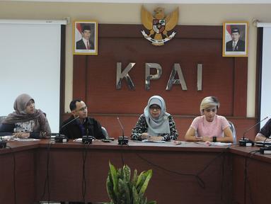 Suasana diskusi yang membahas eksploitasi anak di kantor KPAI, Jakarta, Kamis (14/2). 23.683 anak diduga jadi korban eksploitasi sebuah produk rokok ternama sejak 2008. (Liputan6.com/Herman Zakharia)