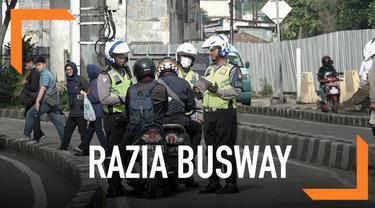 Polisi kembali melakukan sterilisasi busway. Hasilnya banyak kendaraan yang kabur karena takut kena razia.