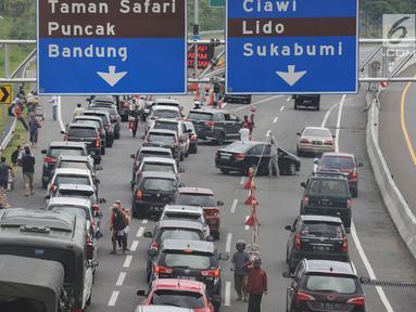 Antrean kendaraan saat hendak keluar tol Jagorawi menuju jalur Puncak di Bogor, Jawa Barat, Sabtu (22/12). Libur Natal dan Tahun Baru 2019 membuat arus lalu lintas menuju Puncak mengalami kepadatan. (Merdeka.com/Imam Buhori)