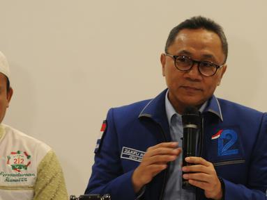 Ketua PA 212 Slamet Maarif bertemu dengan Ketua Umum PAN,  Zulkifli Hasan di DPP PAN, Jakarta, Rabu (20/2). Dalam pertemuan, PAN memberikan bantuan hukum kepada Slamet dalam menghadapi kasus pidana pemilu di Jawa Tengah. (Liputan6.com/Herman Zakharia)