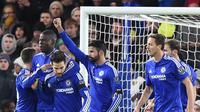 Diego Costa bersama para pemain Chelsea merayakan golnya ke gawang Norwich City dalam laga yang berlangsung di Stamford Bridge, Sabtu (22/11/2015) dini hari WIB. (AFP/OLLY GREENWOOD)