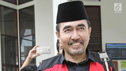 Gatot Brajamusti atau Aa Gatot tersenyum usai menjalani sidang lanjutan di Pengadilan Negeri Jakarta Selatan, Selasa (5/12). Sidang memanggil saksi aktris Nadine Chandrawinata. (Liputan6.com/Herman Zakharia)