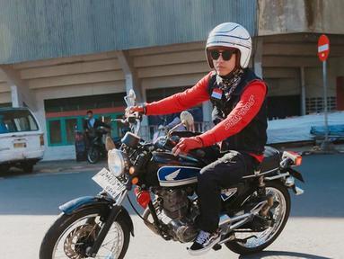 Bersama dengan Motorbaik setelah sebelumnya pernah ke Lombok. Kini Bisma Karisma berada di Tanjung Pinang, Kepulauan Riau. Berkendara di jalanan dengan motor klasik sembari merasakan udara di Tanjung Pinang.(Liputan6.com/IG/@sibisma)