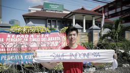 """Pendukung Basuki Tjahaja Purnama atau Ahok membentangkan kain """"Save Indonesia"""" saat kembali menggelar aksi di depan Pengadilan Tinggi DKI Jakarta, Jumat (12/5). Massa menuntut agar penangguhan penahanan Ahok dikabulkan. (Liputan6.com/Faizal Fanani)"""