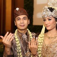 Ada kejadian lucu lainnya yang diceritakan langsung oleh bapak Din Syamsuddin. Setelah foto bersama kedua saksi pernikahannya, Bapak Agung Laksono dan Bapak Mulyadi, Radit malah ikut turun meninggalkan istrinya. (Nurwahyunan/Bintang.com)