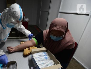 Pegawai PT KapanLagi Youniverse (KLY) menjalani rapid test di Senayan City, Jakarta, Kamis (4/6/2020). Jelang new normal, seluruh pegawai KLY menjalani rapid test guna menekan penyebaran virus corona COVID-19. (merdeka.com/Imam Buhori)