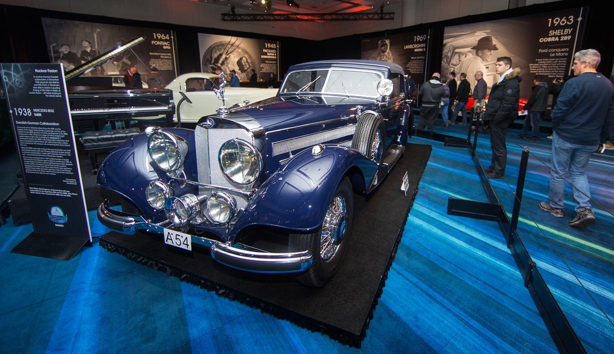 Pengunjung mengamati Mercedes-Benz 540K keluaran tahun 1938 dalam pameran Cobble Beach Classics Canadian International Auto Show (CIAS) 2020 di Toronto, Kanada, Kamis (20/2/2020). Pameran yang berlangsung pada 14-23 Februari 2020 ini menampilkan 15 mobil klasik. (Xinhua/Zou Zheng)