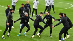 Para pemain Inggris tertawa saat bermain Kabaddi selama sesi pelatihan tim  di Staplewood Campus di southampton, Inggris selatan (9/9/2019). Inggris akan bertanding melawan Kosovo pada grup A Kualifikasi Euro 2020 di Stadion Saint Mary. (AFP Photo/Glyn Kirk)