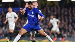 Aksi Ruben Loftus Cheek pada leg kedua Liga Europa yang berlangsung di Stadion Stamford Bridge, London, Jumat (10/5). Chelsea menang 4-3 atas Eintracht Frankfurt lewat adu penalti. (AFP/Oliver Greenwood)
