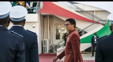 Presiden Madagaskar Andry Rajoelina memeriksa pasukan selama perayaan Hari Kemerdekaan di Stadion Barea di Antananarivo. (AFP)