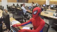 pegawai bank pakai kostum spiderman ke kantor (foto: imgur/boredpanda)