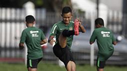 Pemain Timnas Indonesia U-22, Sani Riski, melakukan pemanasan saat latihan di Lapangan ABC Senayan, Jakarta, Kamis (14/2). Latihan ini merupakan persiapan terakhir jelang Piala AFF U-22 2019 di Kamboja. (Bola.com/M. Iqbal Ichsan)