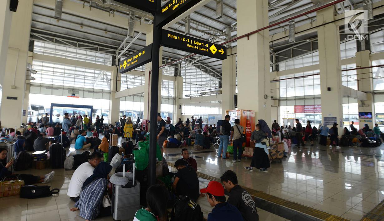Calon pemudik menunggu keberangkatan bus Antar Kota Antar Provinsi (AKAP) di Terminal Pulo Gebang, Jakarta, Sabtu (1/6/2019). H-4 Lebaran, Terminal Pulo Gebang terpantau ramai lancar. (merdeka.com/Imam Buhori)