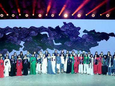 Para desainer dan model menyapa audiens di penghujung acara peragaan busana Desainer Zhang Zhaoda dan putrinya, Zhang Kaihui, dalam Beijing Fashion Week di Beijing, ibu kota China (15/9/2020). (Xinhua/Chen Jianli)