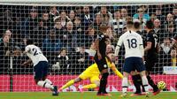 Pemain Tottenham Hotspur Steven Bergwijn (kiri) mencetak gol ke gawang Manchester City pada pertandingan Liga Inggris di  Stadion Tottenham Hotspur, London, Inggris, Minggu (2/2/2020). Tottenham Hotspur mengalahkan Manchester City 2-0. (AP Photo/Ian Walton)