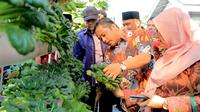 Wali Kota Arief R Wismansyah, dalam kunjungannya di Perumahan Pondok Arum RT. 06 RW. 03 Kelurahan Nambo Jaya, Kecamatan Karawaci. (Liputan6.com/Pramita Tristiawati)