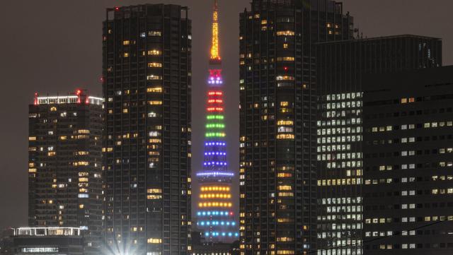 Menara Tokyo, bangunan tertinggi kedua di Jepang dengan ketinggian 332,9 meter, tampak diterangi warna-warni cahaya Olimpiade untuk menandai 100 hari jelang pembukaan Olimpiade Tokyo 2020 di Tokyo, pada 14 April 2021. (Charly TRIBALLEAU / AFP)